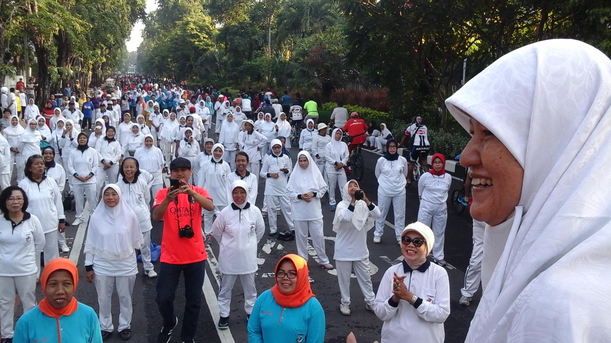 Kegiatan Reni Astuti di Jalan Raya Darmo Bersamaan CFD