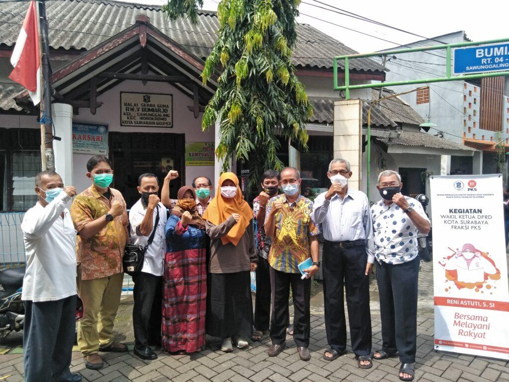 Foto bersama Ketua RW dan RT beserta pengurus kampung RW 05 Bumiarjo, Sawunggaling, Wonokromo