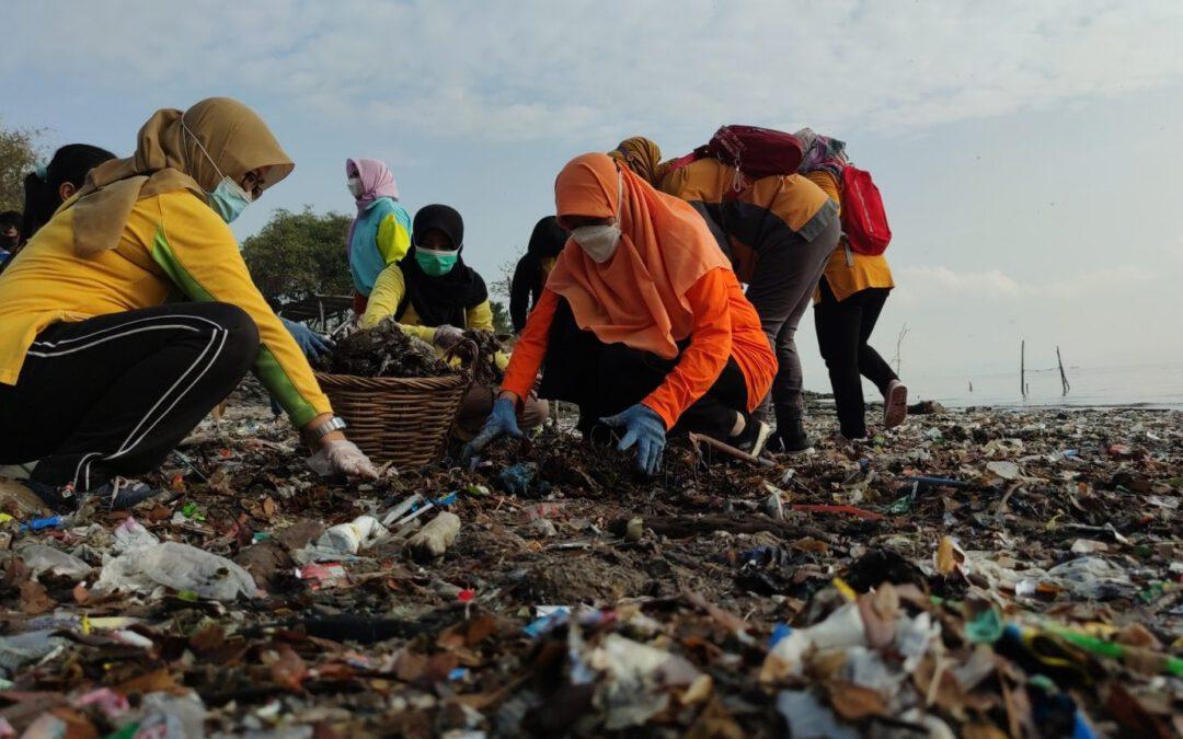 Reni Astuti Ikut Serta Aksi Bersih-Bersih Pantai, Pelajar dan Mahasiswa Makin Antusias